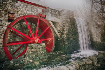 radni vodenica s crvenim kotačićem. stari mlin za mljevenje