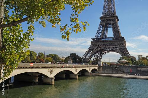 Obraz na dibondzie (fotoboard) Słoneczny Paryż. Wieża Eiffla w słoneczny dzień.