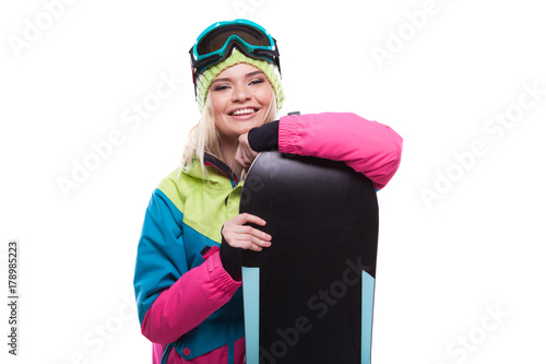 Foto  beautiful young blonde woman in colorful snow coat hold snowboard
