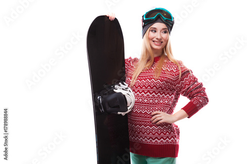 Foto  attractive young woman in red pullover and blue ski glasses hold snowboard