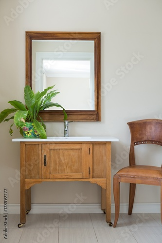 Fotografia Bathroom vanities with sink and mirror