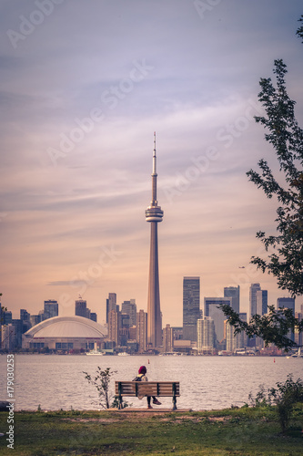 Tuinposter Toronto View of Toronto city during sunset from Toronto Central Island
