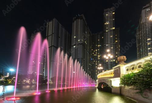 ho-chi-minh-oswietlona-na-rozowo-fontanna-noca