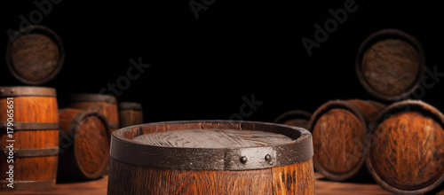 Photo Rustic wooden barrel on a night background