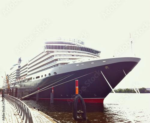 Britisches Kreuzfahrtschiff im Hamburger Hafen Canvas Print