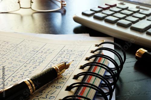 Fotodibond 3D Biuro z książką rachunkową i dokumentami finansowymi.