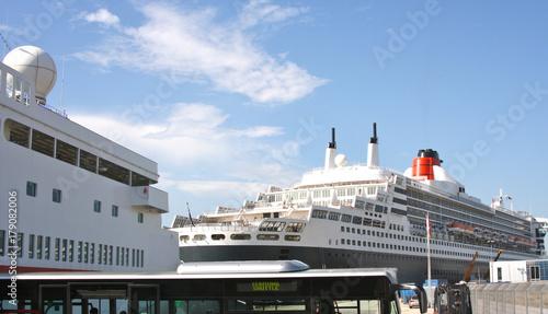 Queen Mary 2 im Hamburger Hafen Canvas Print