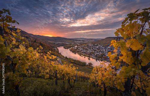 Valokuva  Bernkastel-Kues von oben im Herbst