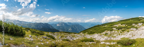 Foto Scenic view of alps mountains a sunny day