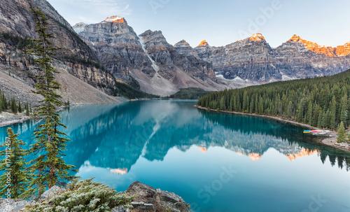 Poster Bergen Moraine lake sunrise in Banff National Park, Alberta, Canada
