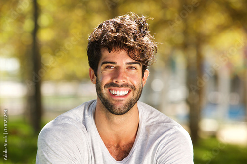 Fotografía  Close up handsome man with beard smiling outside
