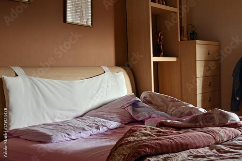 il letto disfatto al mattino quando ci si sveglia Poster