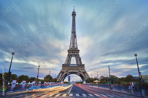 Obraz na dibondzie (fotoboard) Wieża Eiffla widok podczas zmierzchu, długi ujawnienie wizerunek z chmurą i światło śladami