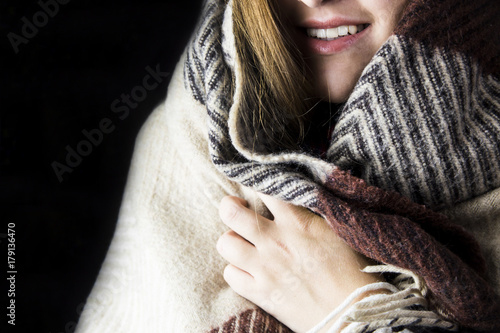 Fotografía  the girl wrapped herself in a brown blanket in the apartment to keep herself war