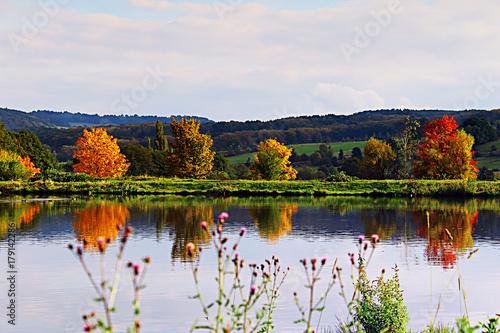 wiejskie-klimatyczne-jezioro-w-jesienny-dzien