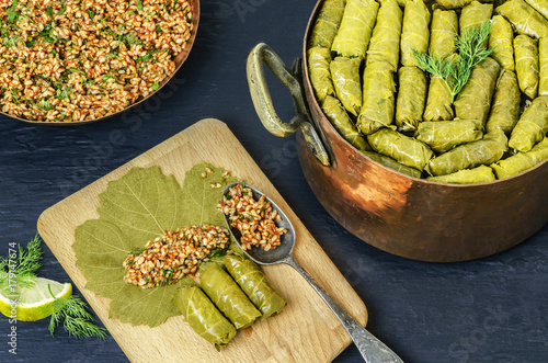 Fotografía  Middle-Eastern Food, Arabian cuisine, preparing stuffed vine leaves, or traditional Dolma