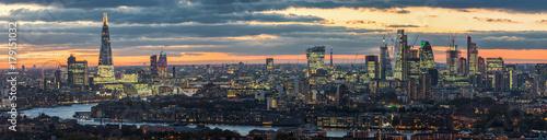 Tuinposter Londen Sonnenuntergang hinter der modernen Skyline von London, Großbritannien