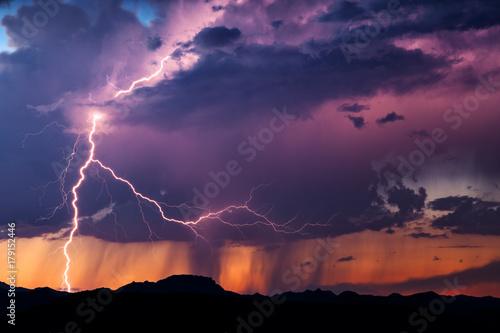 Plakat Błyskawica oświetla burzę o zachodzie słońca