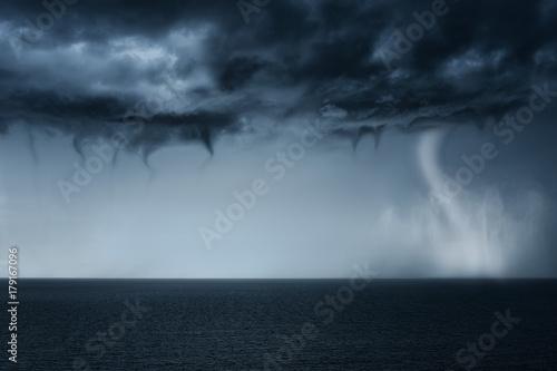 Plakat tornado na morzu