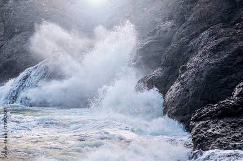 Spoed Foto op Canvas Water Waves crashing on the rocks