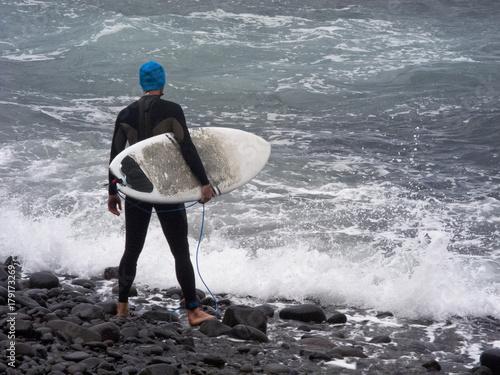 Plakat Surfer wygląda na morze