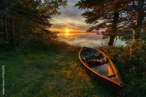 Photo Empty canoe at sunset