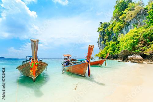 Valokuvatapetti Longtale boat on the white beach at Phuket, Thailand