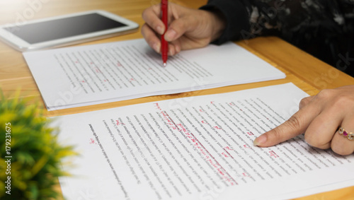 Fotografía  proofreading paper on table