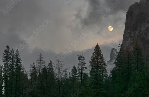 Photo  moonrise in yosemite valley