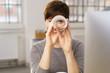 Leinwanddruck Bild - frau im büro hält ausschau nach guten angeboten