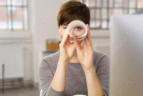 Fotomural  frau im büro hält ausschau nach guten angeboten