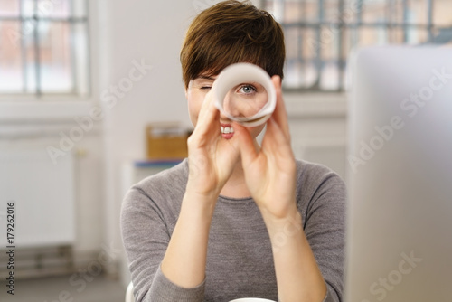 Frau im büro hält ausschau nach guten angeboten Fototapete