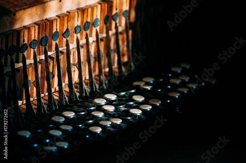 klucze-akordeonowe-na-ciemnym-tle