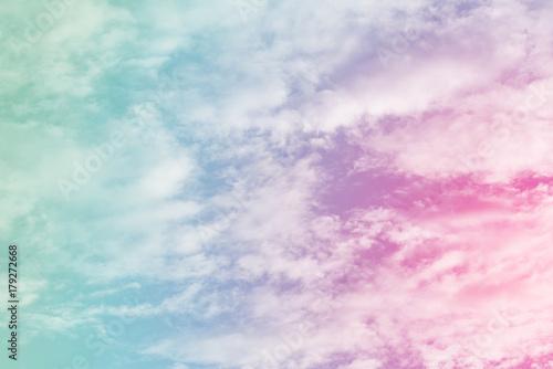 slonce-i-chmura-w-tle-z-pastelowymi-kolorami