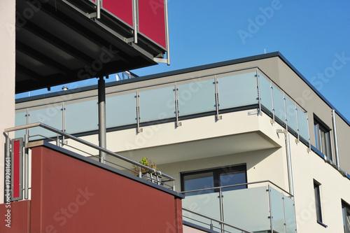 sichtschutz glas edelstahl, balkone an moderner hausfront mit edelstahl-glas-geländer und, Design ideen