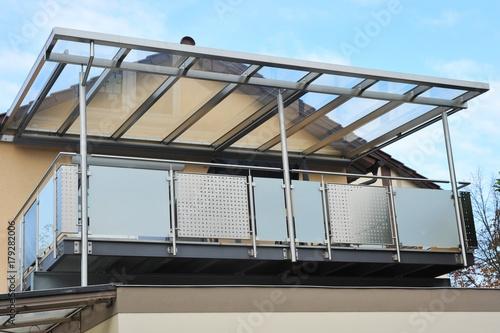 Fotografía  Stahl-Balkon mit Überdachung an moderner Hausfront
