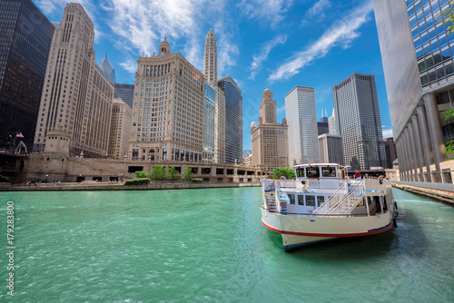 Foto op Plexiglas Chicago Chicago downtown and Chicago River with tourit ship during sunny day, Illinois, USA.