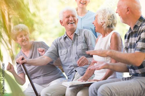 Fotografía  Group of smiling senior friends