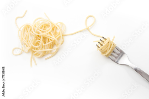 Fotografia Plain cooked spaghetti pasta on fork, on white background.