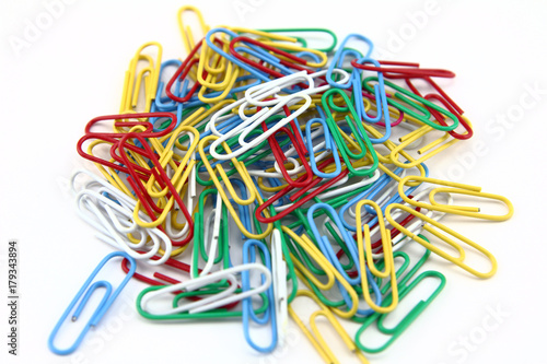 Fotografía  colorful paper clips in a white background