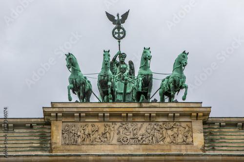 Keuken foto achterwand Berlijn Viktoria und Pferde Gespann Quadriga auf Brandenburger Tor in Berlin