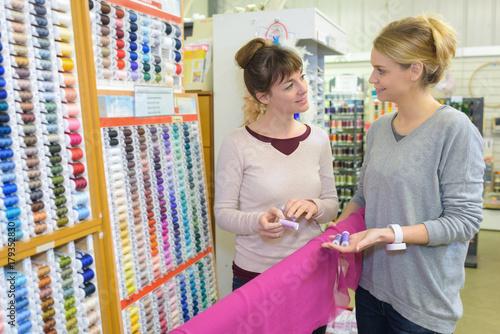 Zdjęcie XXL w sklepie z wyrobami pasmanteryjnymi