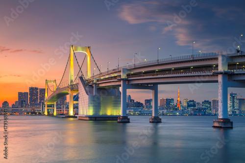 Obraz na dibondzie (fotoboard) Tokio. Pejzaż miejski wizerunek Tokio, Japonia z tęcza mostem podczas zmierzchu.