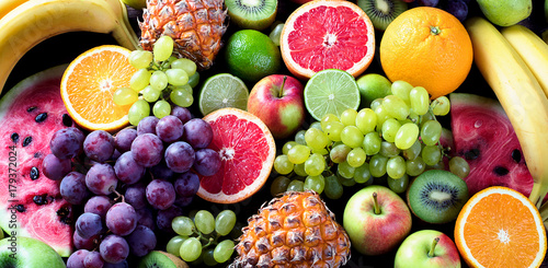 Montage in der Fensternische Fruchte Organic fruits. Healthy eating concept. Top view