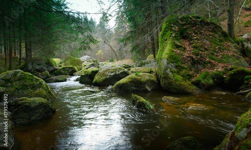 krajobraz-naturbachlauf-rzeka-plynaca-posrod-duzych-kamieni