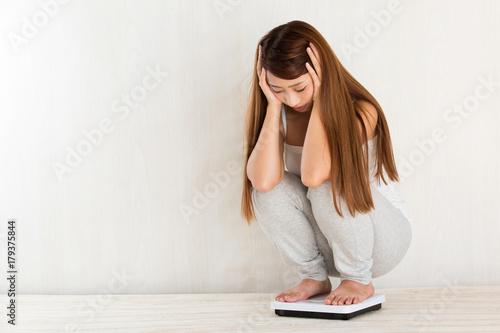 Fotografie, Tablou 体重をはかる女性