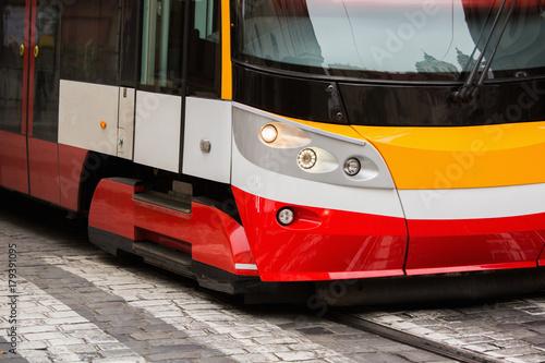 Plakat Nowoczesny tramwaj na ulicy miasta