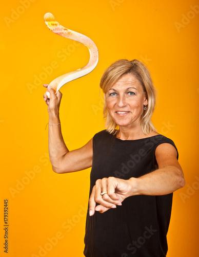 Photo woman posing with a boomerang