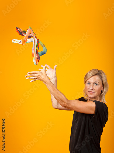 Photo woman posing with a boomerang