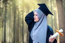 Proud Pretty Muslim Girl Gradu...